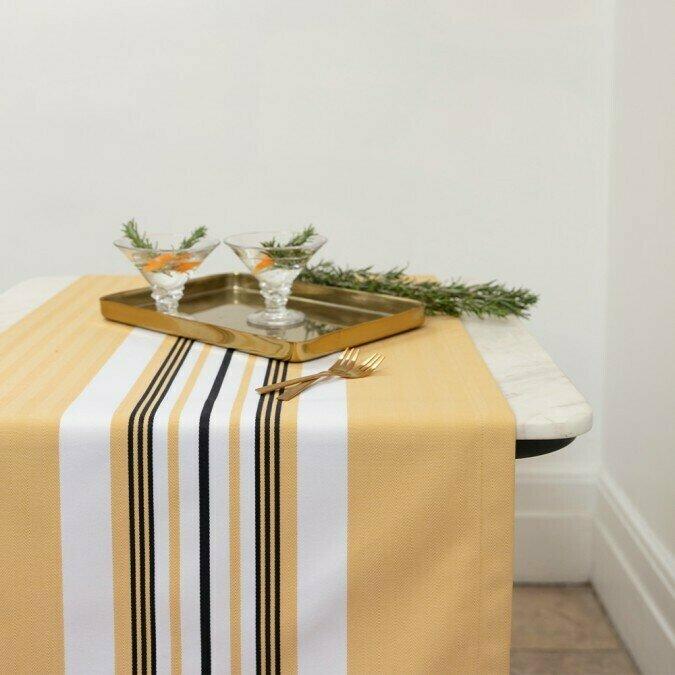 chemin de table en tissu donibane fraise. Black Bedroom Furniture Sets. Home Design Ideas